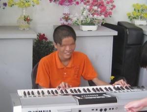 021-pianist-o-augen02-kriegsmuseum-HCMC-2013-48pr